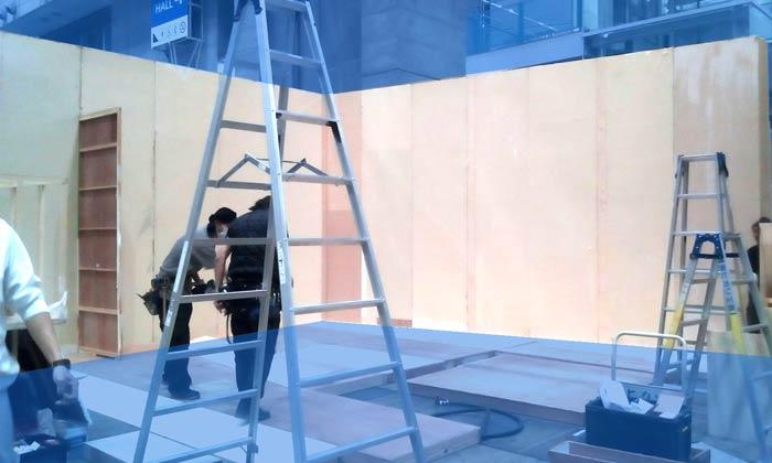 展示会の木工ブースの施工3:壁面建て込み