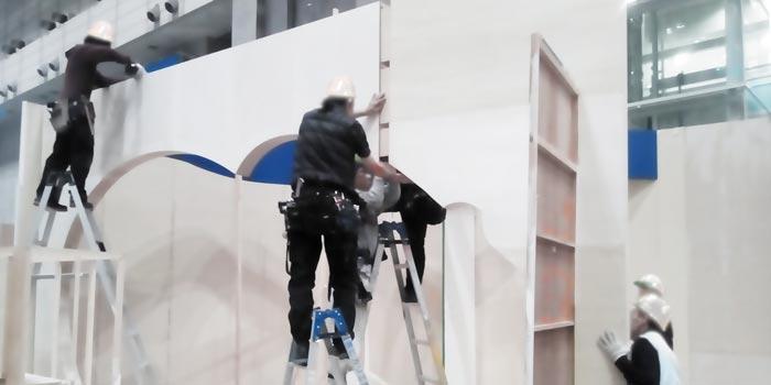 展示会の木工ブースの施工5:アーチ、看板施工