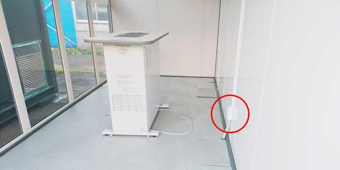 屋外喫煙所の喫煙用集塵・脱臭機とコンセント